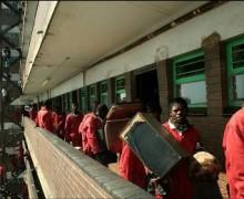 Reportage sur l'expulsion d'occupants illégaux en dépit de la décision de la cour constitutionnelle